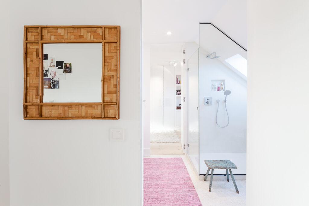 De badkamer verbindt de 2 tienerslaapkamers.