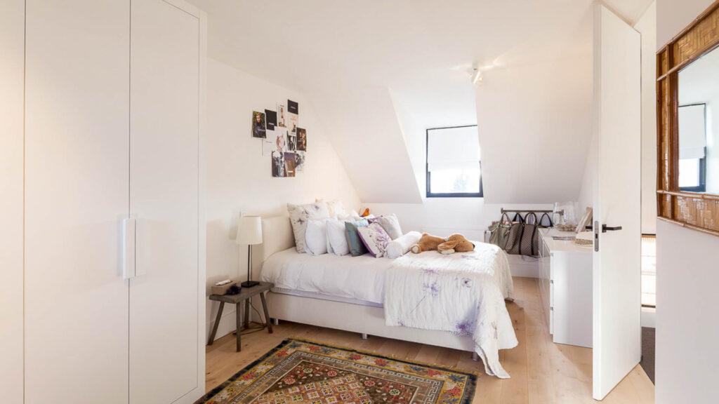 De tweede slaapkamer op de zolderverdieping.