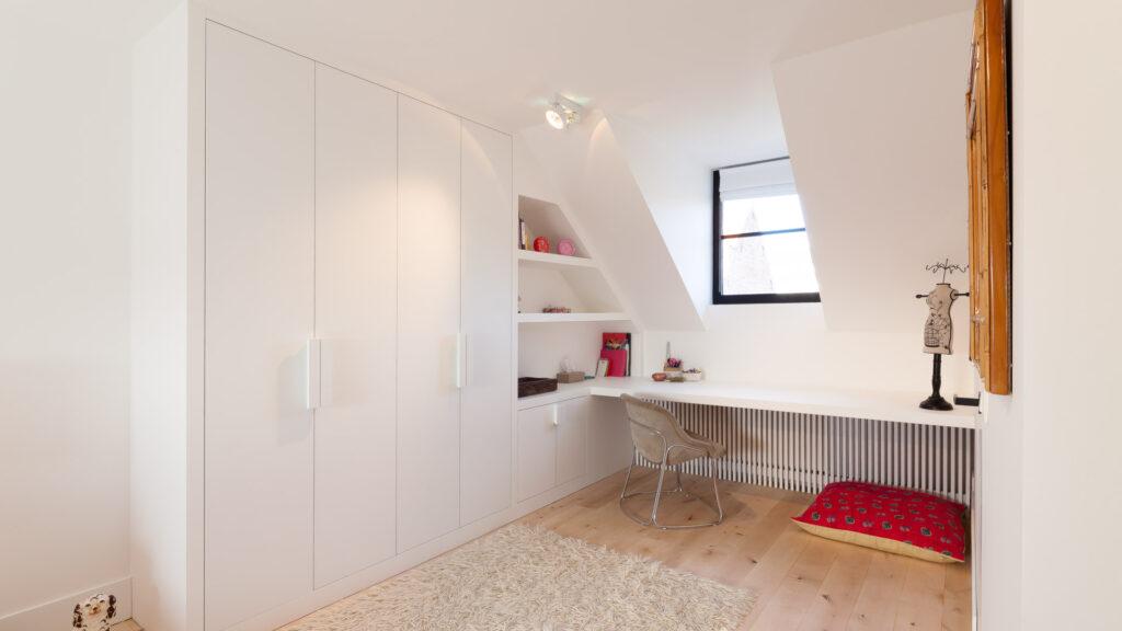 Bureau in slaapkamer.
