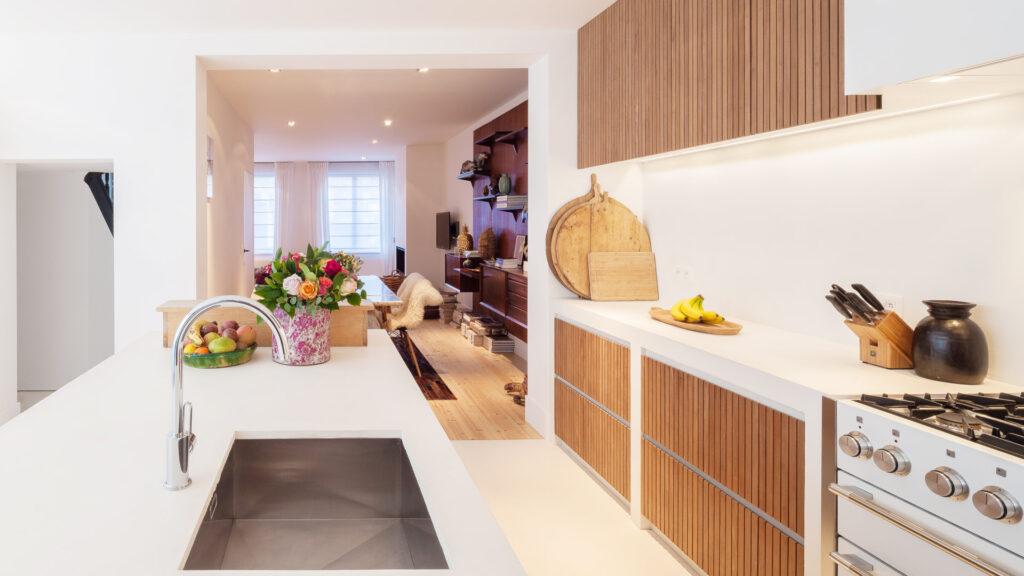 De keuken staat in verbinding met de eetplaats.